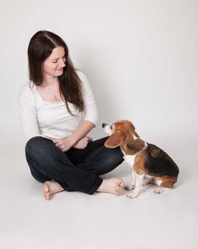 Franziska Burde sitzt neben Hund Emma